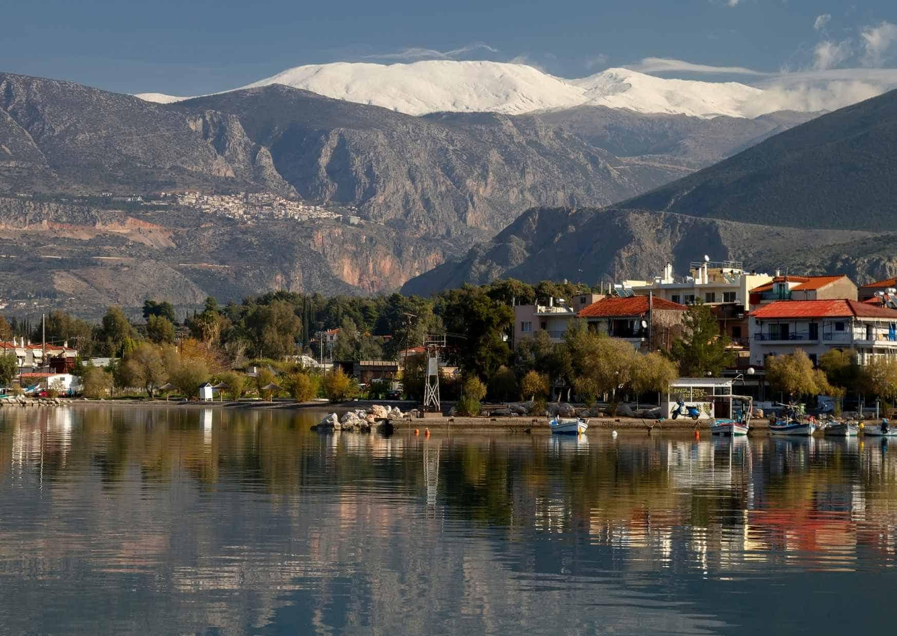 מבט מהעיירה איתאה להר פרנסוס