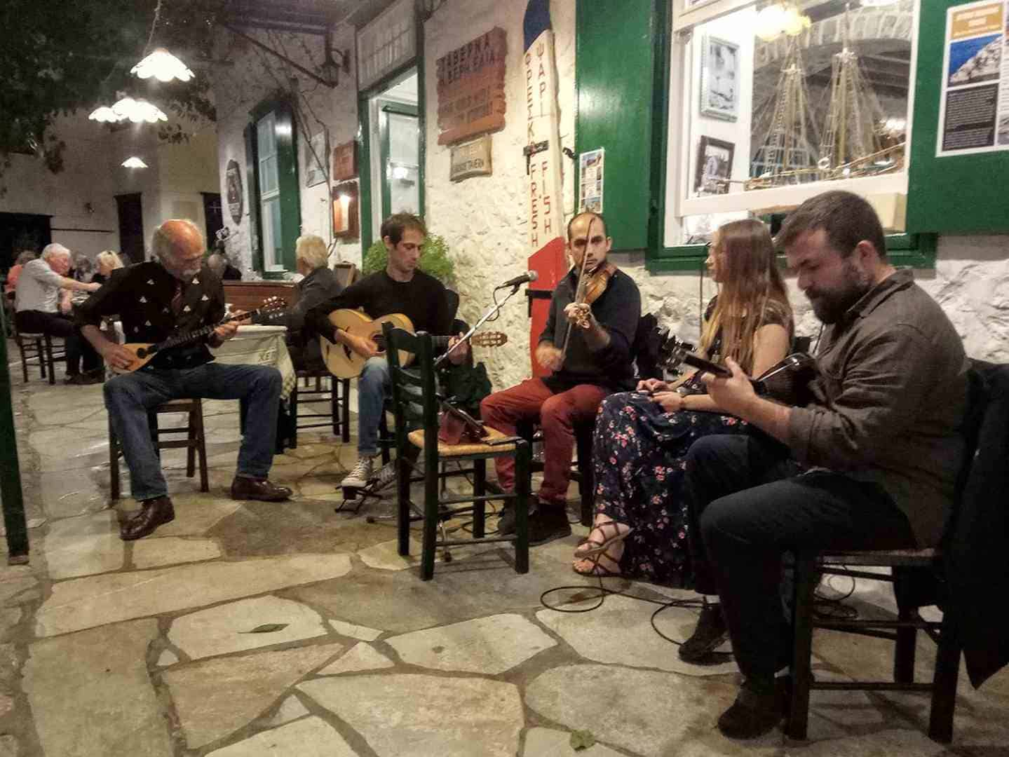מוסיקאים מנגנים בחצר טברנה מקומית, הידרה