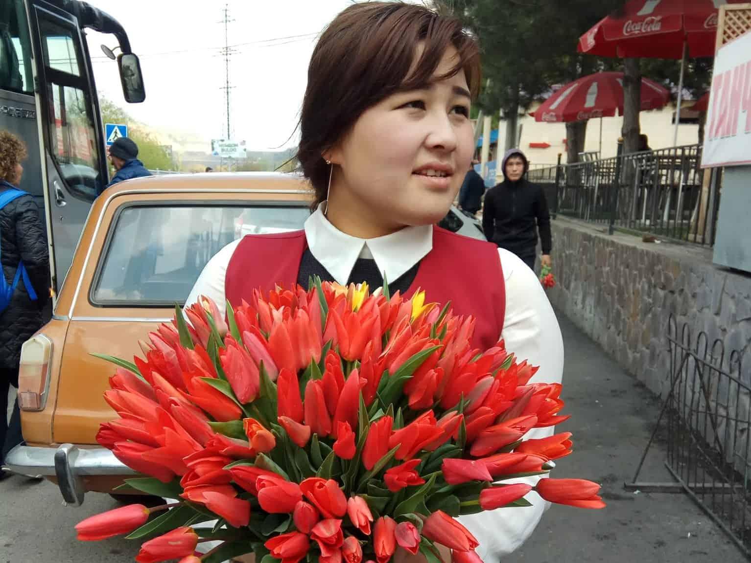 אשה מוכרת צבעונים, בדרך להרי צ'ימגאן, אוזבקיסטן