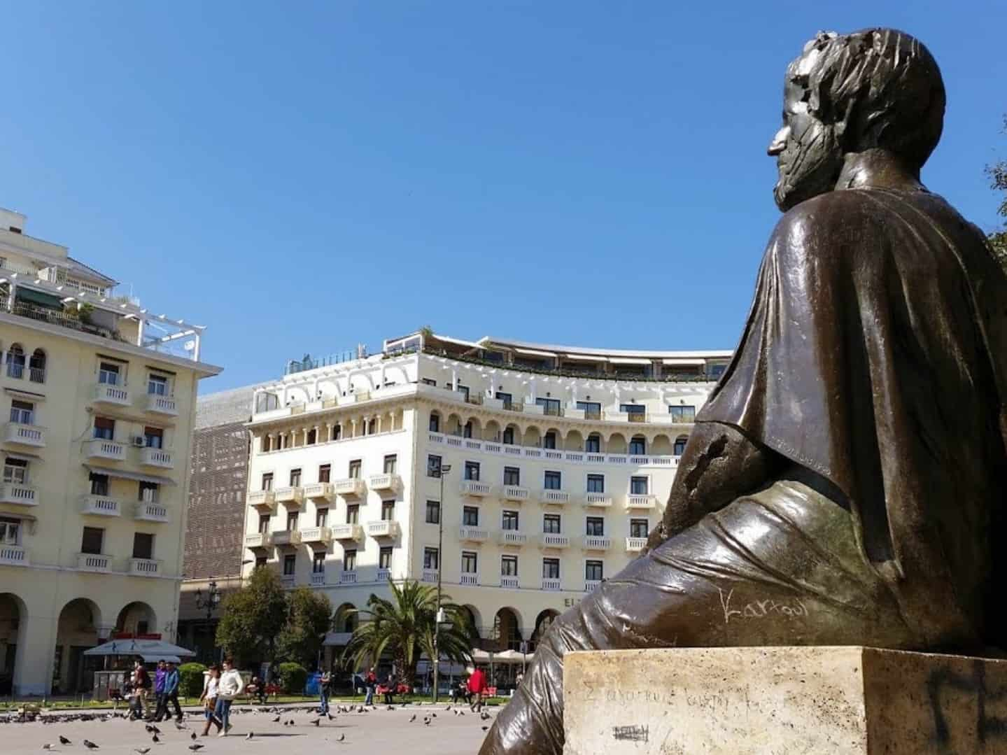 אריסטו בכיכר הקרויה על שמו