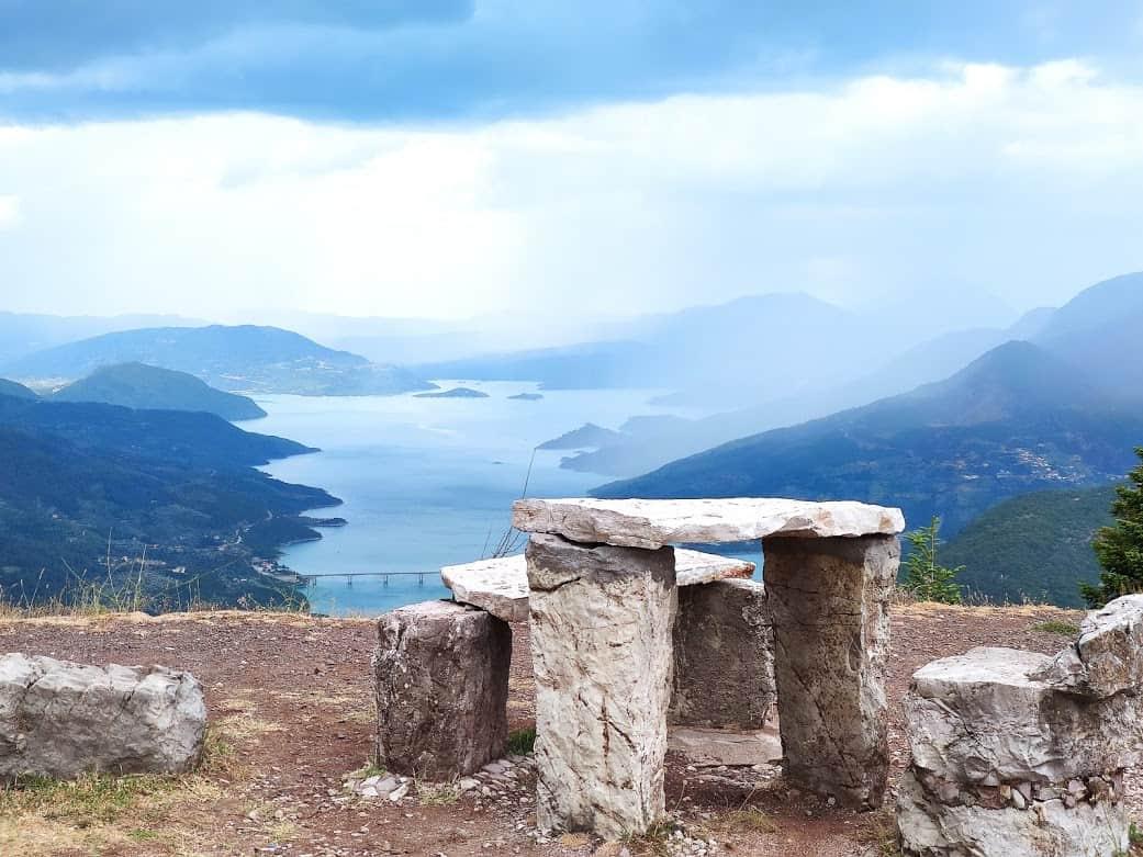 ספסלי אבן מעל אגם קרמסטון